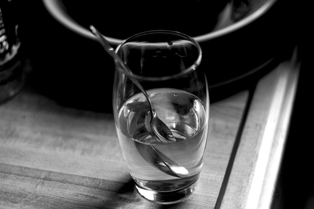 серебряная ложка в воде