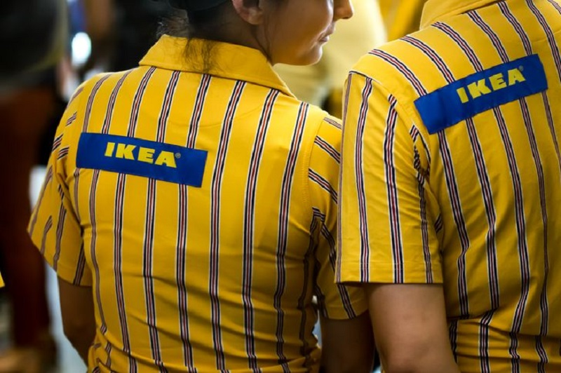 консультанты помогают делать покупки в ИКЕА