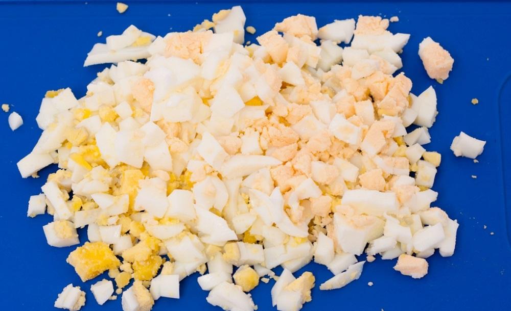 вареные яйца нарезать кубиками
