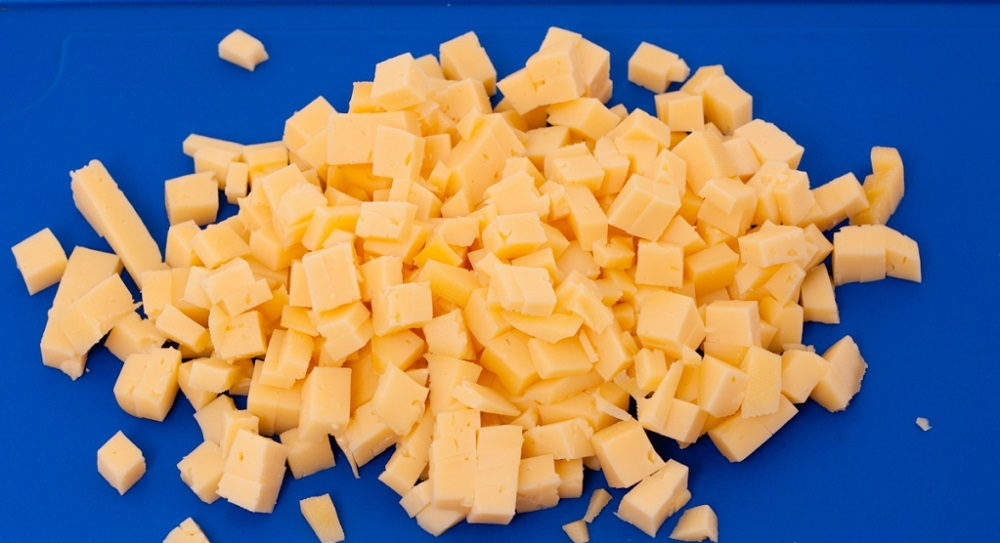 нарезать твердый сыр кубиками