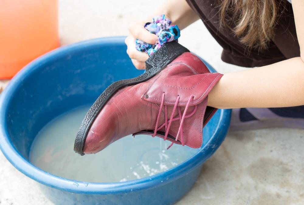 мыть обувь по приходе