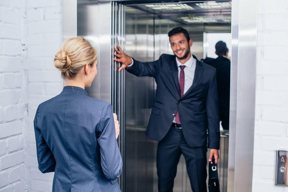 мужчина входит в лифт первым