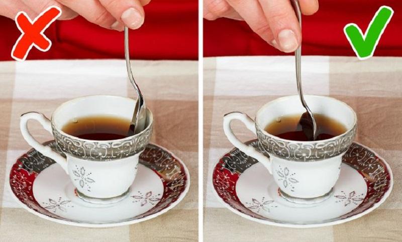 как размешивать сахар в чае