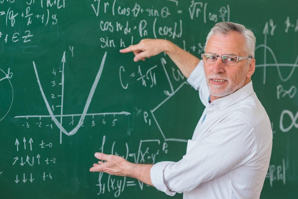 пожилой учитель математики