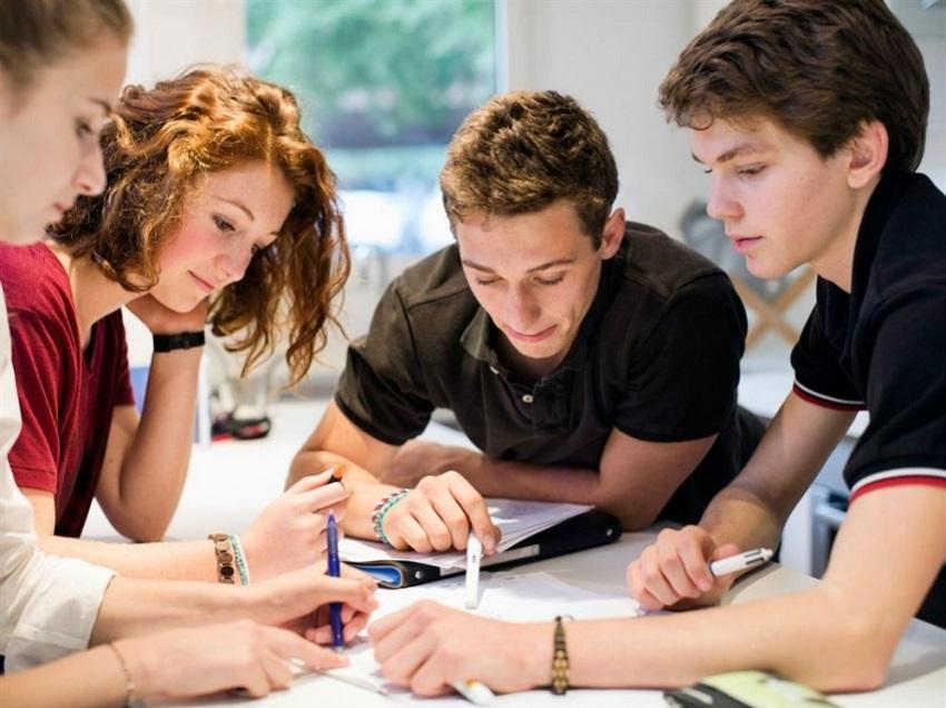 студенты решают задачу