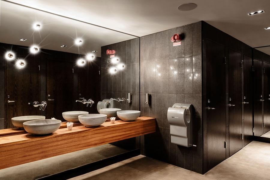 чистый туалет в ресторане