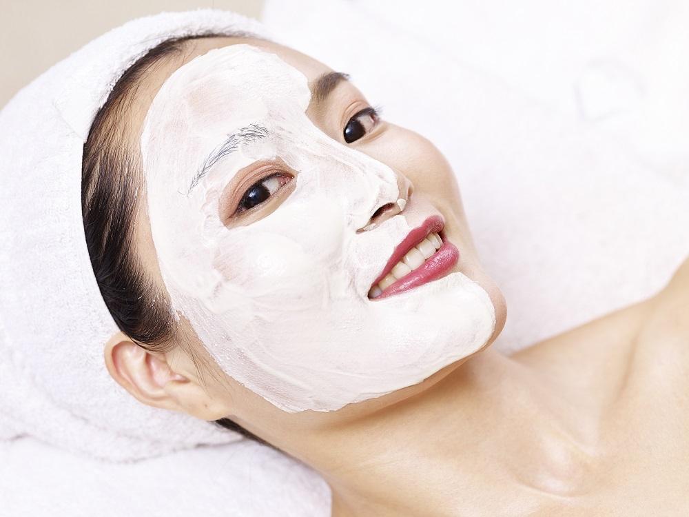 красивая азиатка в маске для лица