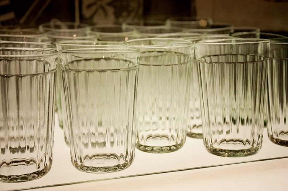 много граненых стаканов