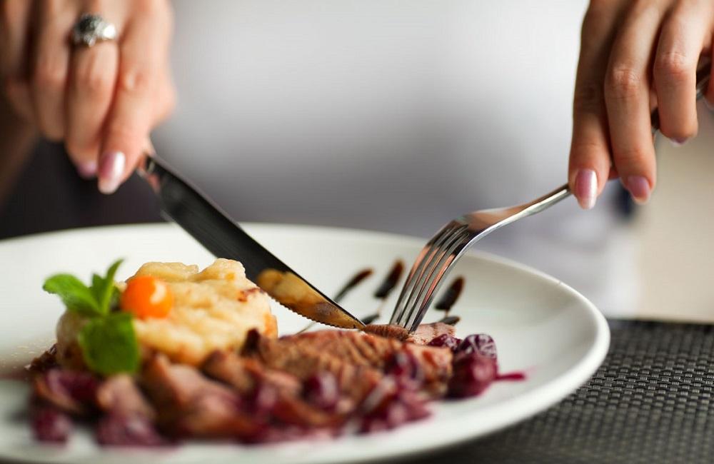 мясное блюдо едят ножом и вилкой