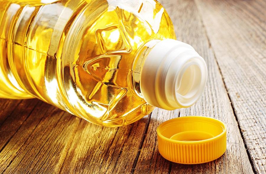 растительное масло в пластиковой бутылке