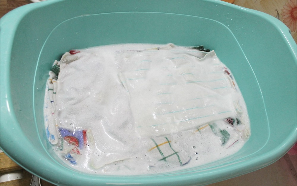 грязные полотенца в тазу