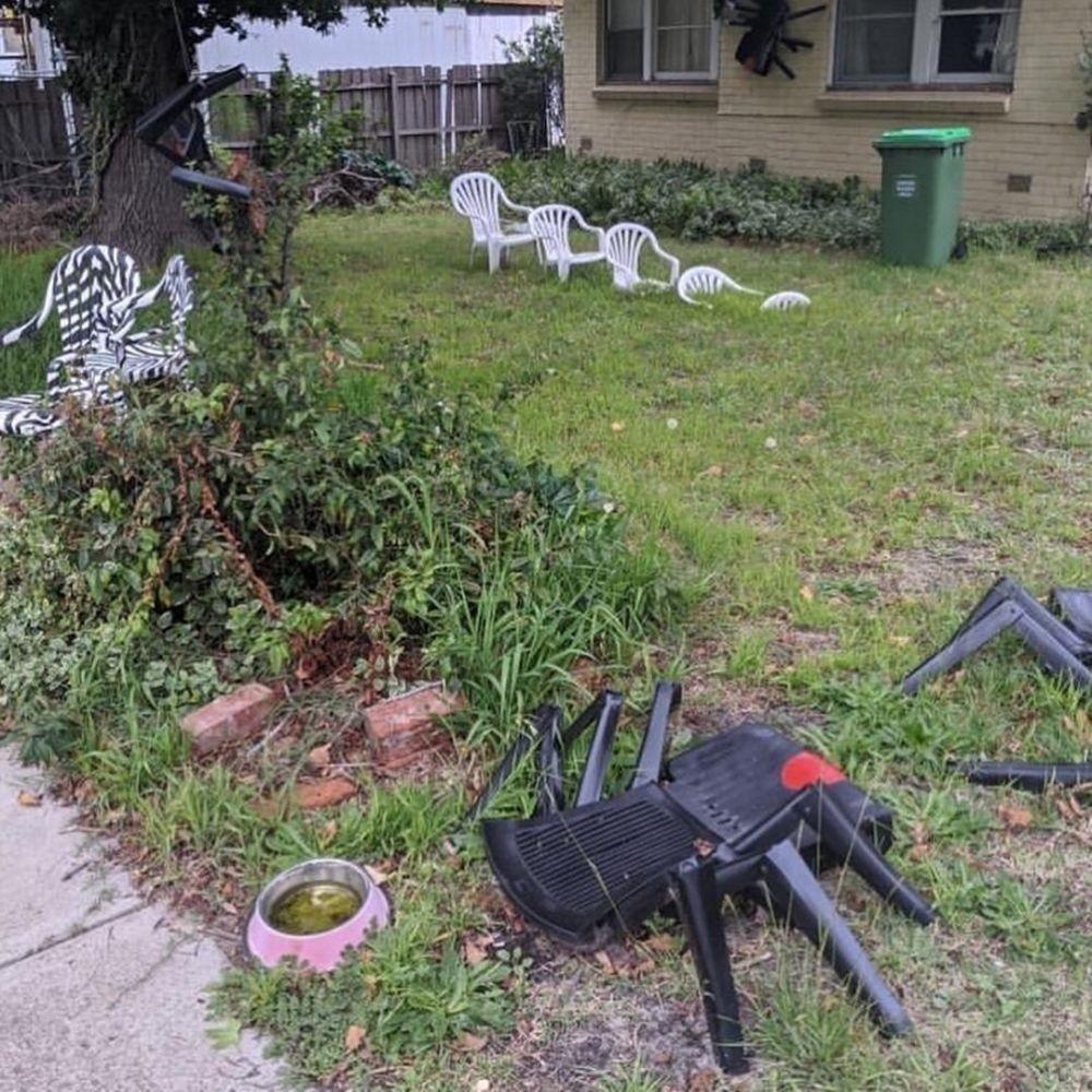 украшение из садовых стульев