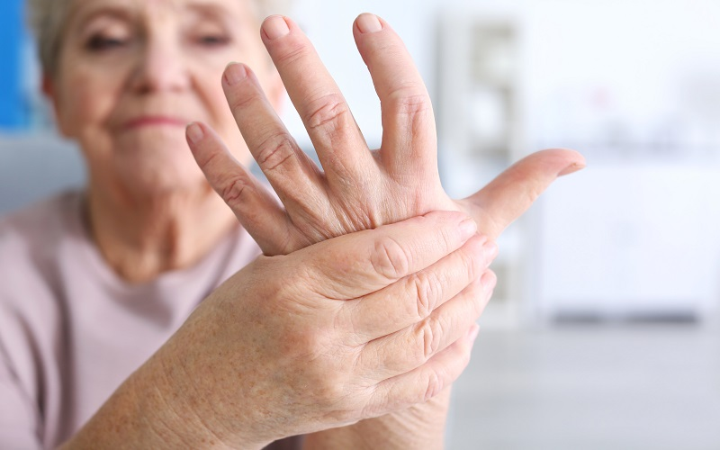 Массажирует точки на пальцах рук