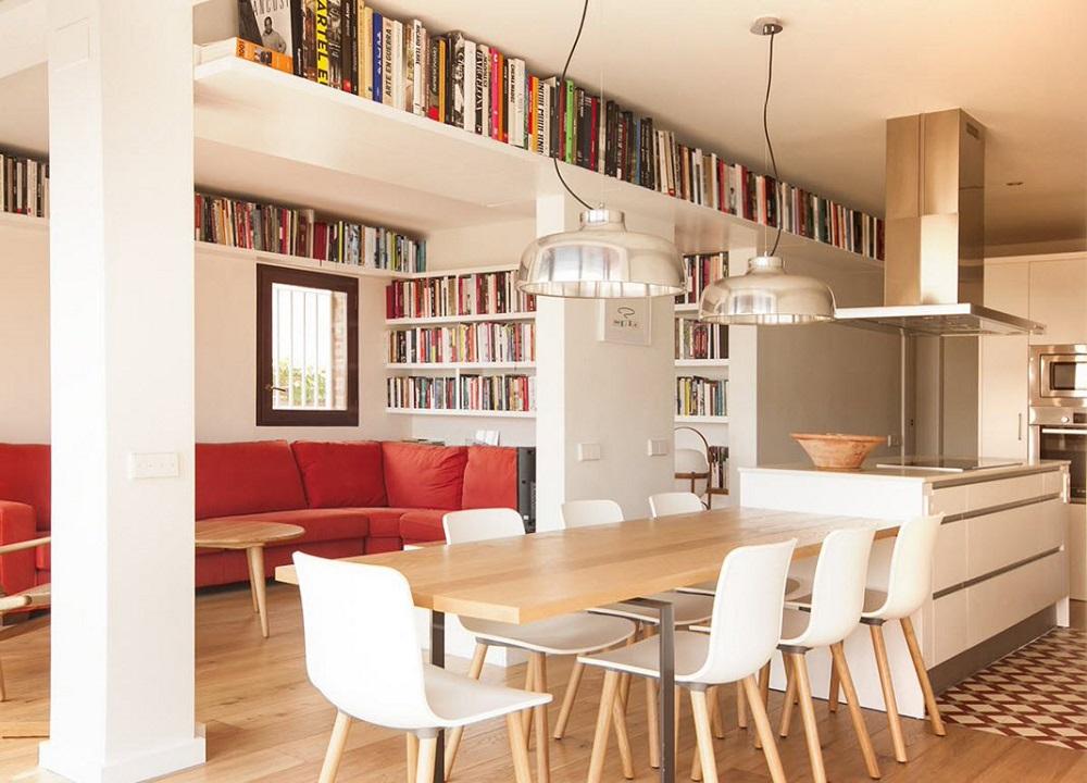 удобные книжные полки под потолком