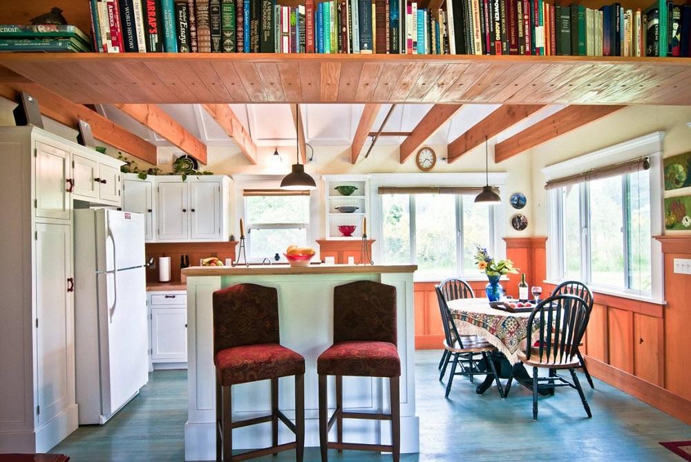 книжные полки под потолком на кухне