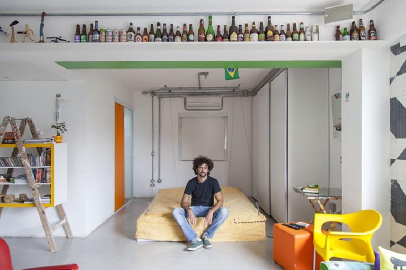 полка под потолком для бутылок и статуэток