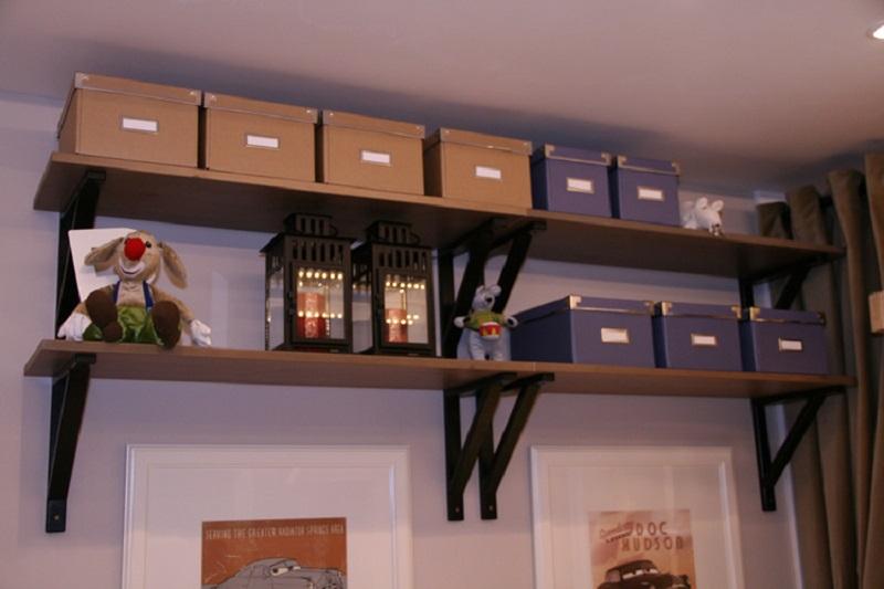 полка с коробками под потолком