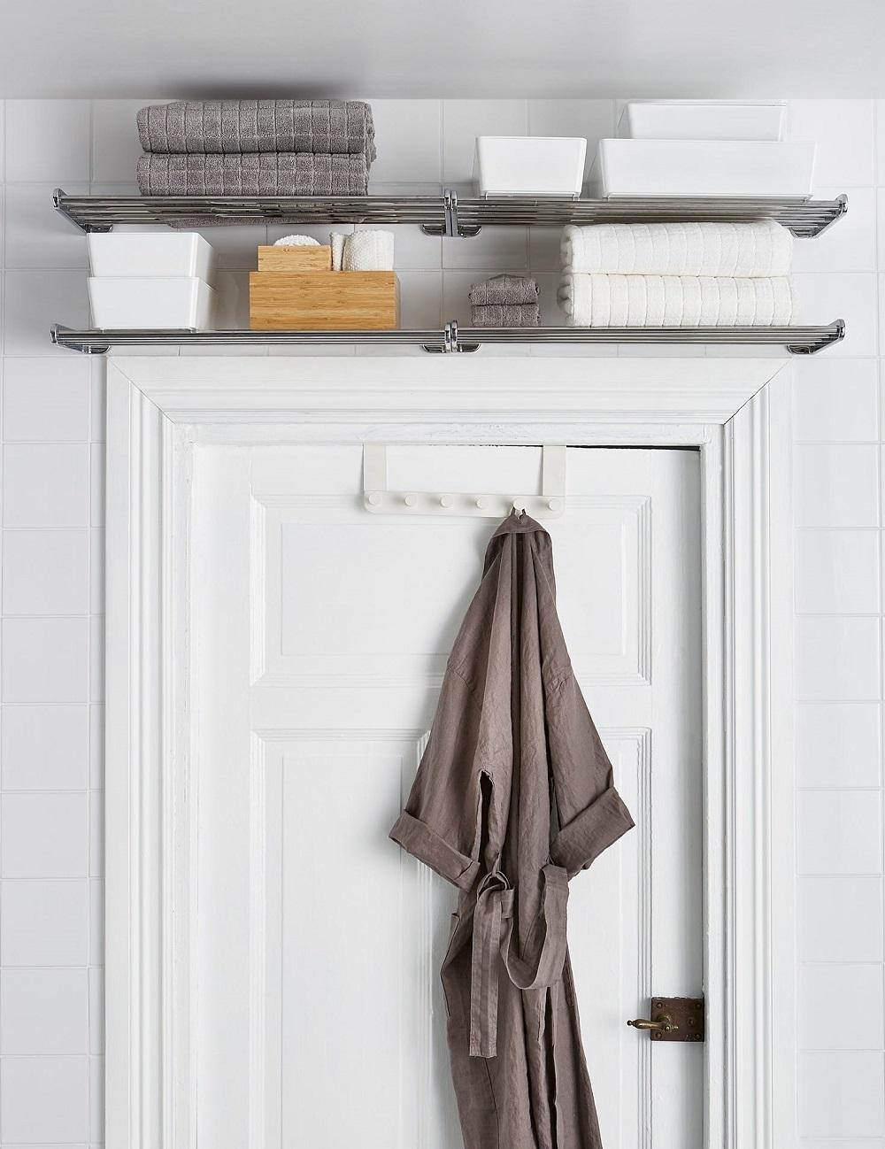 удобные полки над дверью в ванной