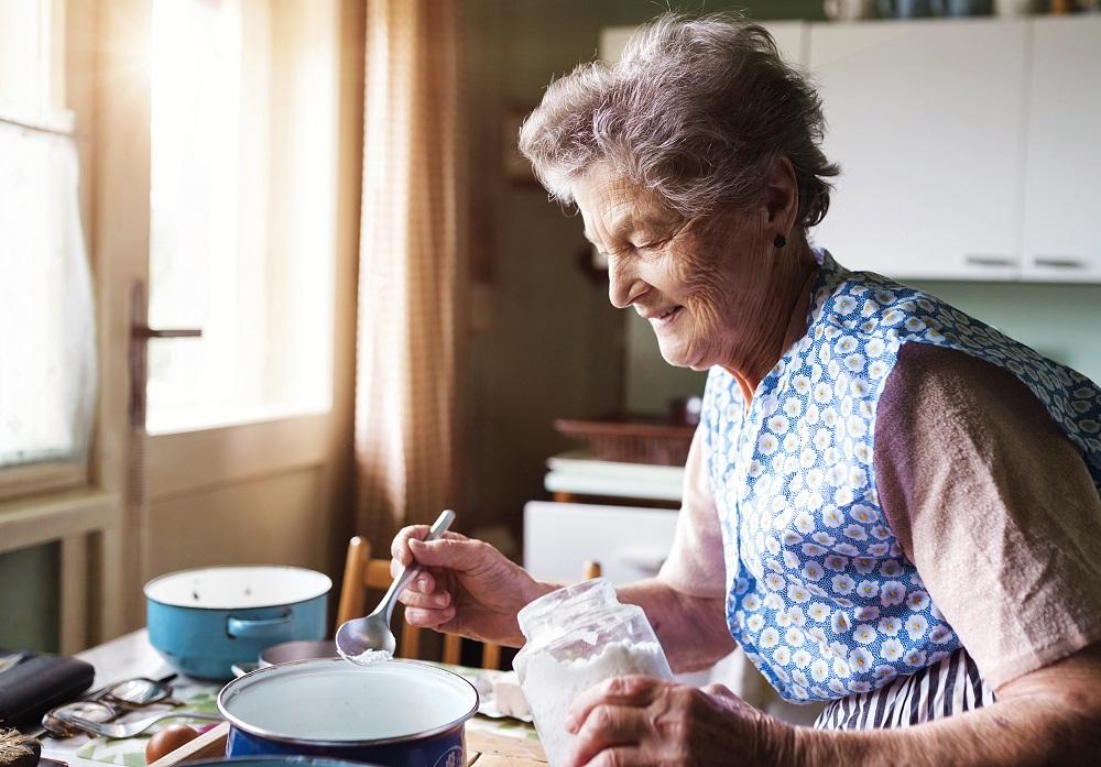 старшая женщина готовит