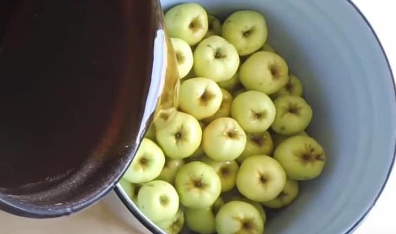 замочить яблоки в воде