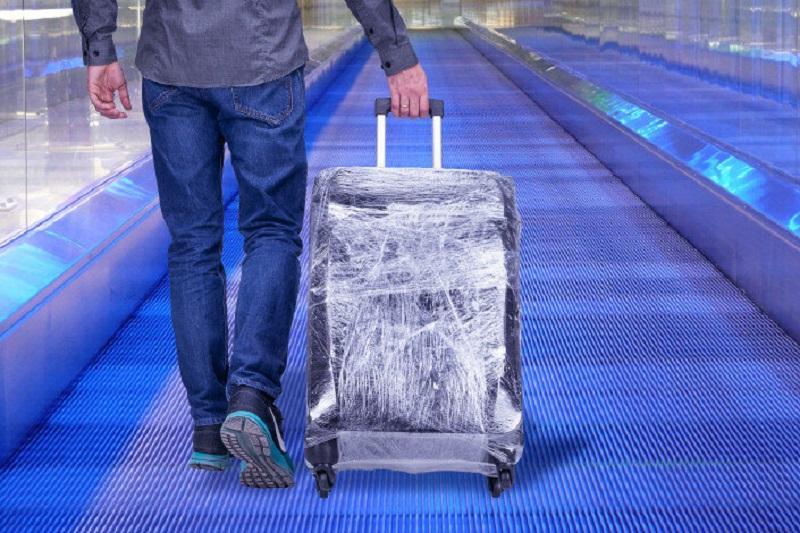 замотанный чемодан в аэропорту