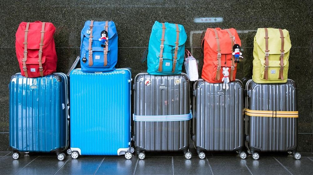 одинаковые чемоданы в аэропорту
