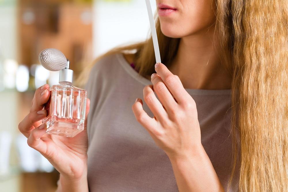 женщина нюхает духи на блоттере