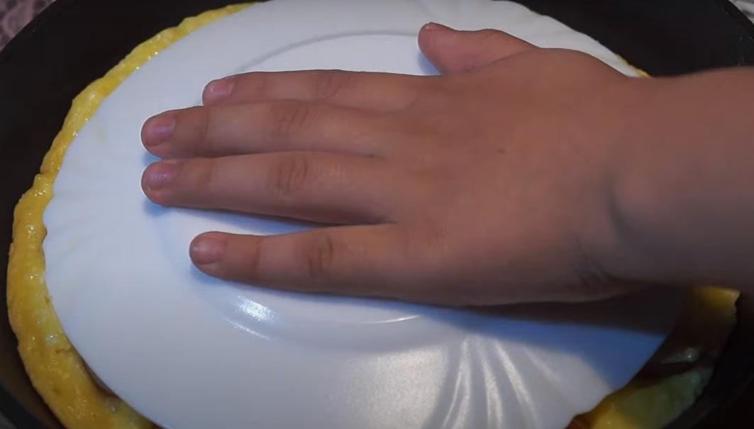 перевернуть пирог тарелкой