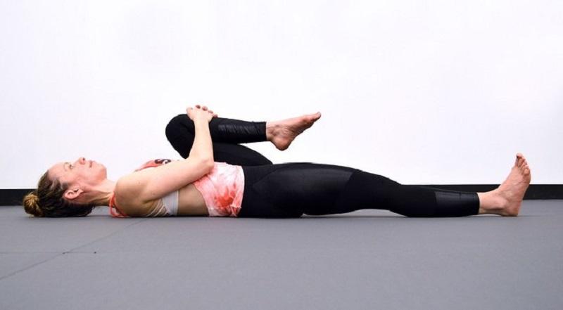 упражнение для растяжки седалищного нерва